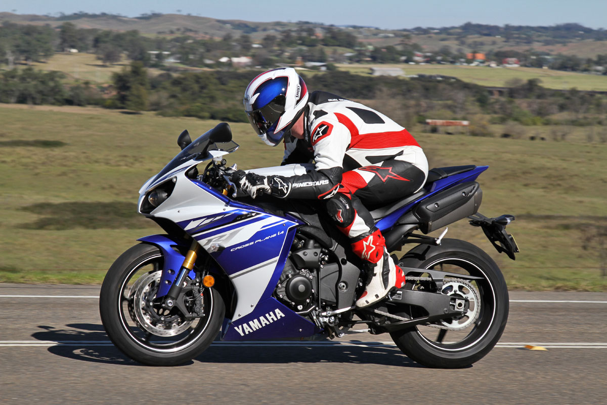 tested 2014 yamaha yzf r1. Black Bedroom Furniture Sets. Home Design Ideas